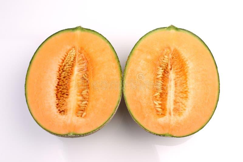 Fruta orgánica del melón del cantalupo aislada en el fondo blanco imagen de archivo