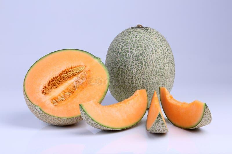 Fruta orgánica del melón del cantalupo aislada en el fondo blanco fotos de archivo