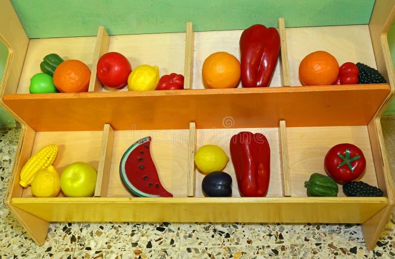 Fruta plástica a jugar en niños preescolares fotos de archivo