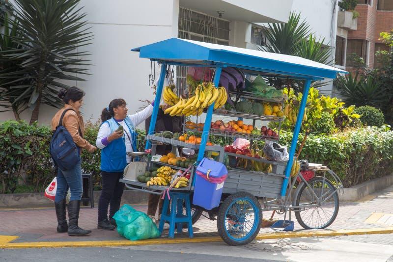 Fruta que vende el carro en Lima, Perú fotos de archivo
