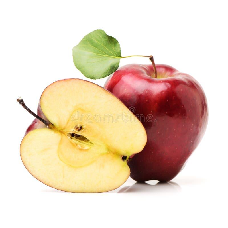 Fruta roja de la manzana con la hoja media y verde fotografía de archivo libre de regalías