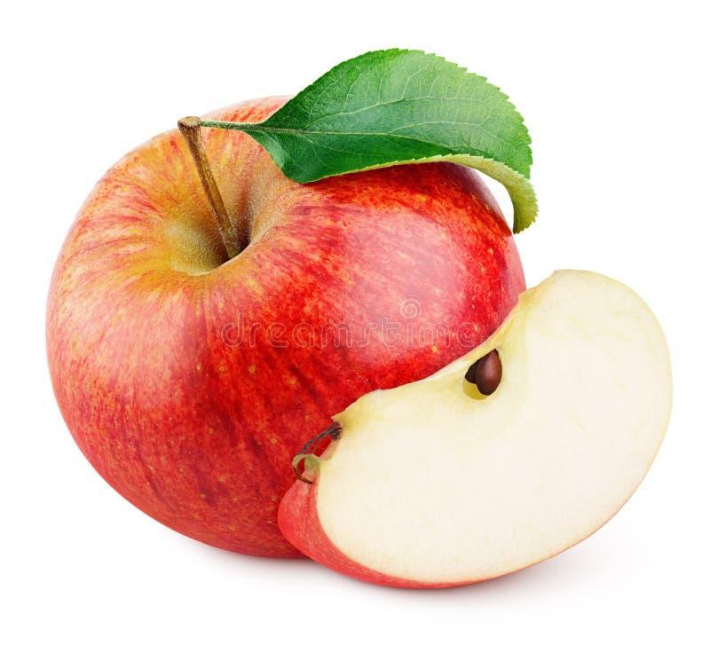 Fruta roja de la manzana con la rebanada y la hoja verde aisladas en blanco imagenes de archivo
