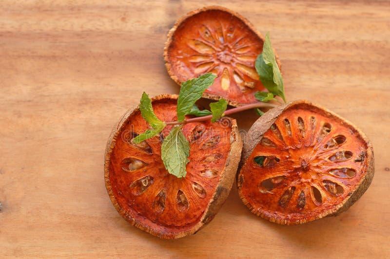 Fruta secada del bael foto de archivo