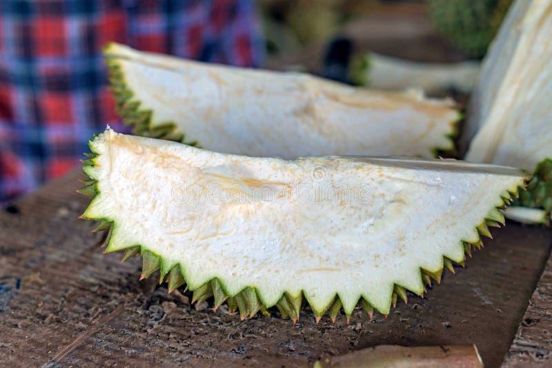 Fruta tailandesa del Durian, mujer que sostiene el durian en la mercado de la fruta Tailandia foto de archivo libre de regalías
