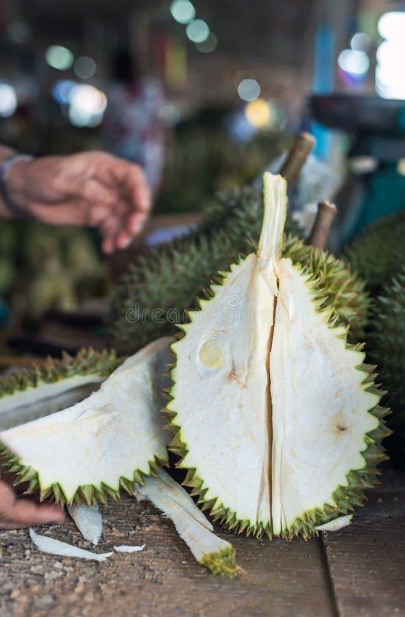 Fruta tailandesa del Durian, mujer que sostiene el durian en la mercado de la fruta Tailandia foto de archivo