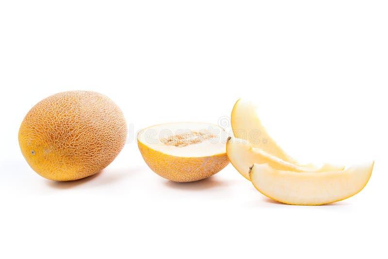 Fruta tropical entera, media y cortada del melón jugoso maduro en el tiempo de verano aislada en blanco fotografía de archivo libre de regalías