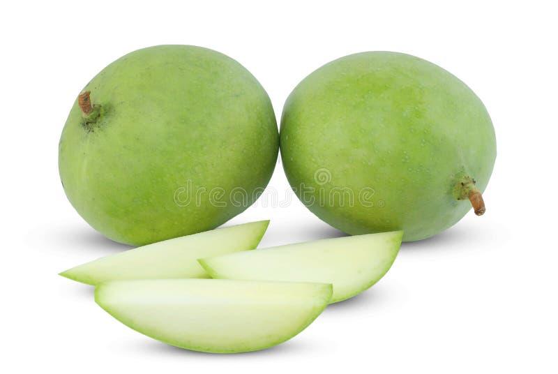 Fruta verde del mango cortada en blanco fotografía de archivo
