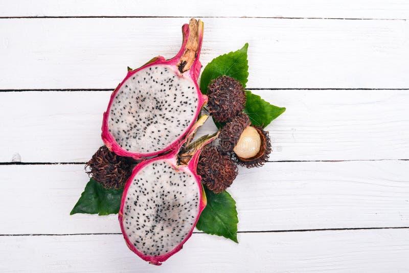 Fruta y rambutan del dragón Frutas tropicales frescas imagenes de archivo