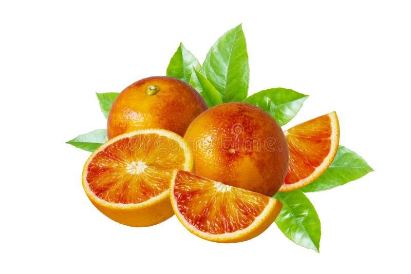 Fruta y rebanadas anaranjadas enteras con la pulpa roja aislada en el fondo blanco foto de archivo libre de regalías