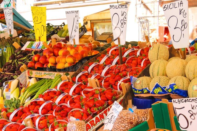 Fruta y verdura en el mercado de Venecia, Italia fotografía de archivo libre de regalías