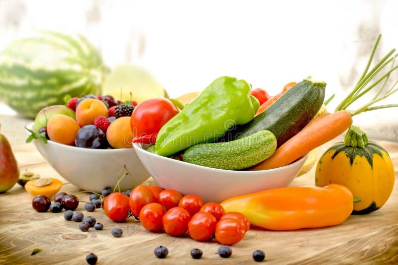 Fruta y verdura orgánica estacional en la tabla - comida sana imagen de archivo