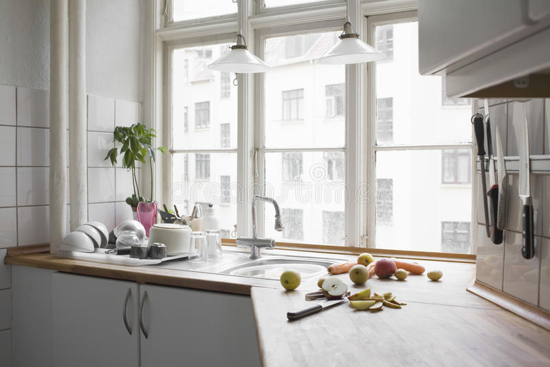 Fruta y verdura tajada en la cocina Worktop imagen de archivo