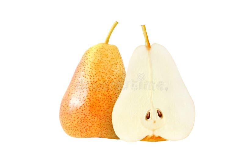 Frutas amarillas enteras y cortadas de la pera aisladas con la trayectoria de recortes imagenes de archivo