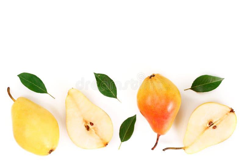 Frutas amarillas rojas maduras de la pera con las hojas aisladas en el fondo blanco con el espacio de la copia para su texto Visi imágenes de archivo libres de regalías