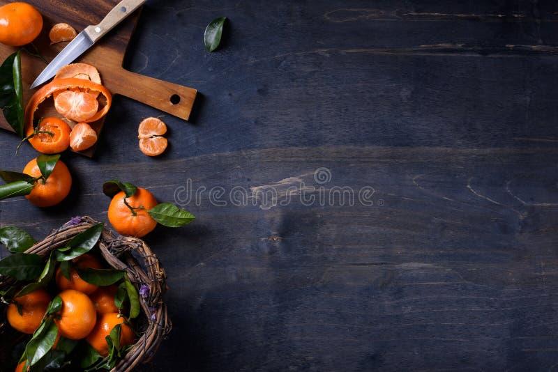 Frutas anaranjadas frescas, cosecha de la fruta cítrica en la tabla de madera Visión superior, espacio de la copia fotos de archivo