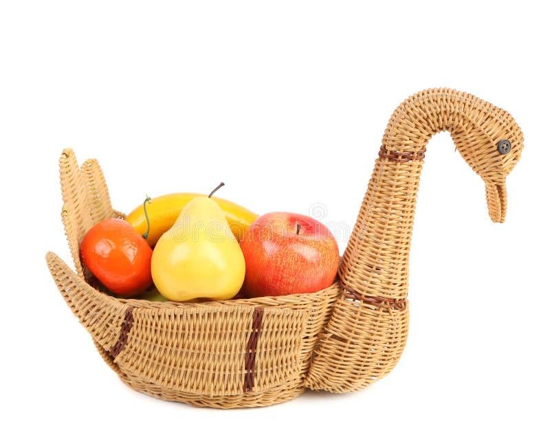 Frutas artificiales en la cesta de mimbre aislada fotografía de archivo libre de regalías