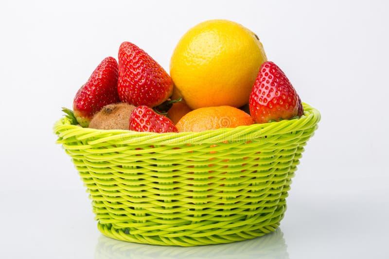 Frutas Assorted na cesta de vime imagem de stock