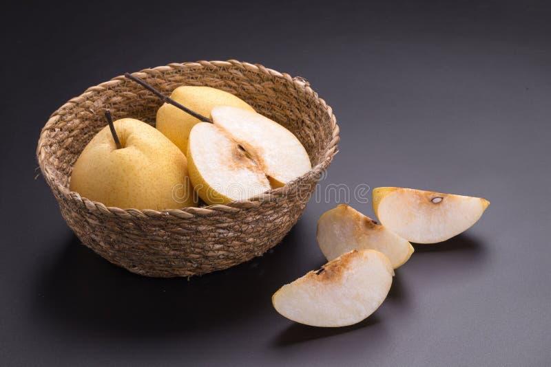 Frutas chinas de la pera en fondo negro fotos de archivo