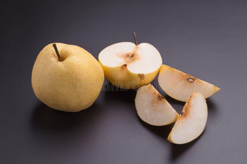 Frutas chinas de la pera en fondo negro foto de archivo