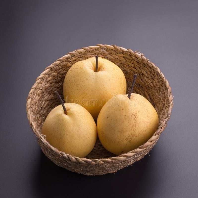 Frutas chinas de la pera en fondo negro fotografía de archivo libre de regalías