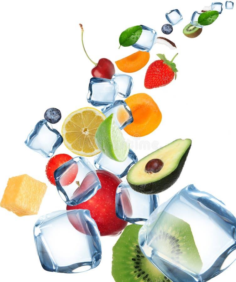 Frutas con los cubos de hielo en el movimiento imagen de archivo
