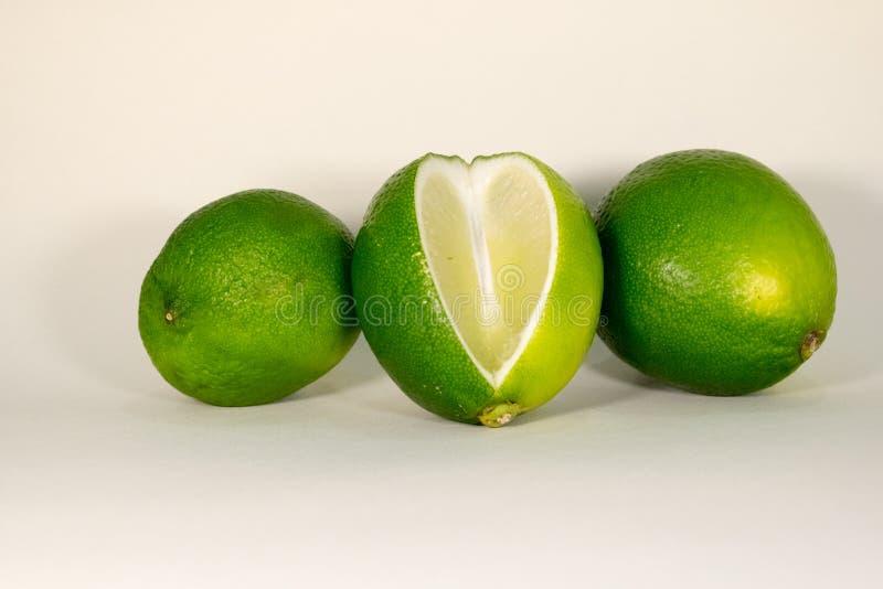 Frutas cortadas de la cal aisladas en el fondo blanco imágenes de archivo libres de regalías