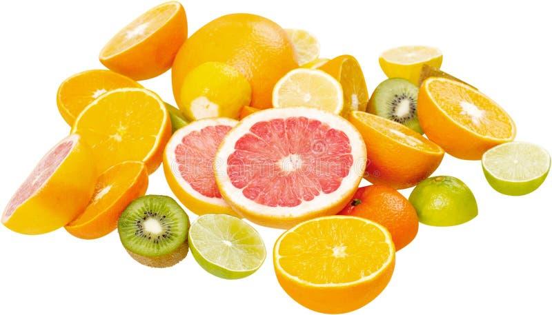 Frutas cortadas maduras coloridas aisladas en blanco imagen de archivo