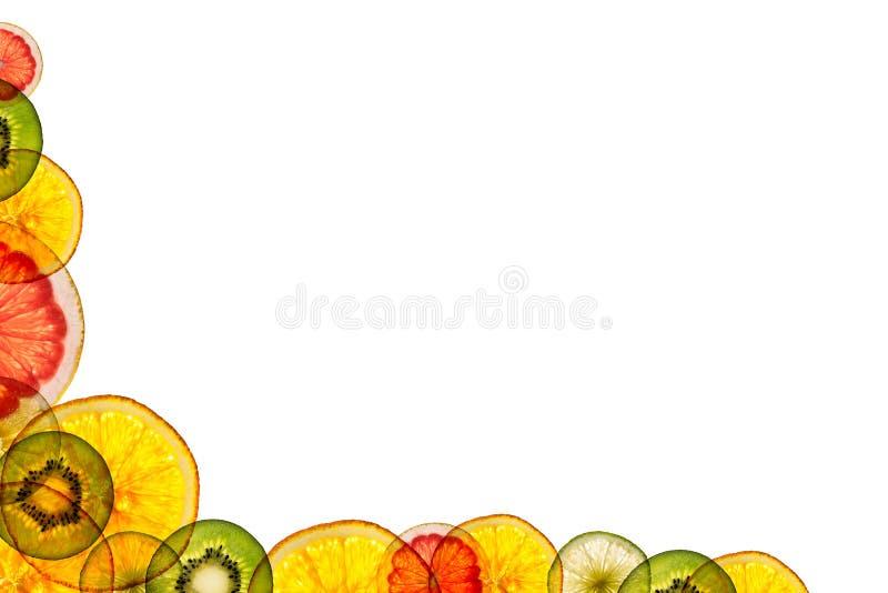Frutas cortadas mezcladas aisladas en el fondo blanco detrás encendido como stock de ilustración