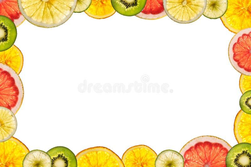 Frutas cortadas mezcladas aisladas en el fondo blanco detrás encendido como fotos de archivo