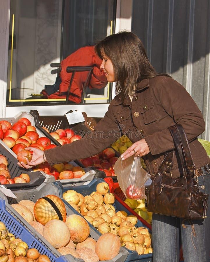 Frutas de compra de la mujer fotografía de archivo libre de regalías