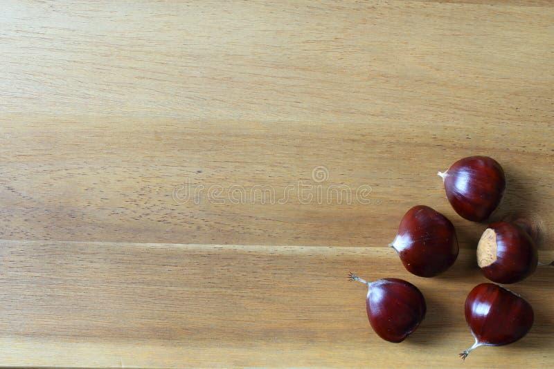 Frutas de la castaña dulce en un tablero de madera imagen de archivo
