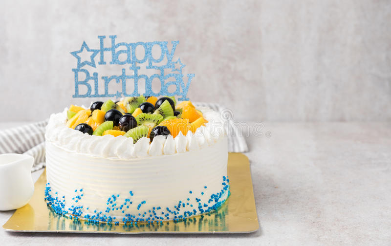 Frutas de la mezcla: Naranja y uva del kiwi en la torta poner crema, imagen de archivo