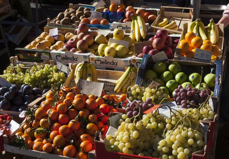 Frutas de la parada de calle Cajas de madera con la fruta dentro imagen de archivo libre de regalías