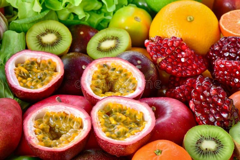 Frutas de la pasión del primer con el grupo de frutas y verduras frescas imágenes de archivo libres de regalías