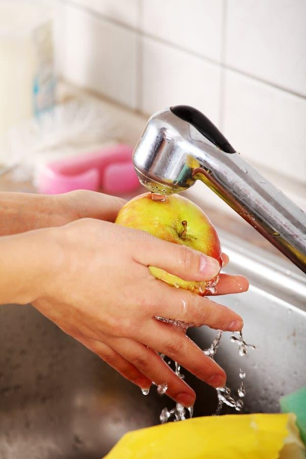 Frutas de lavagem da mulher imagens de stock
