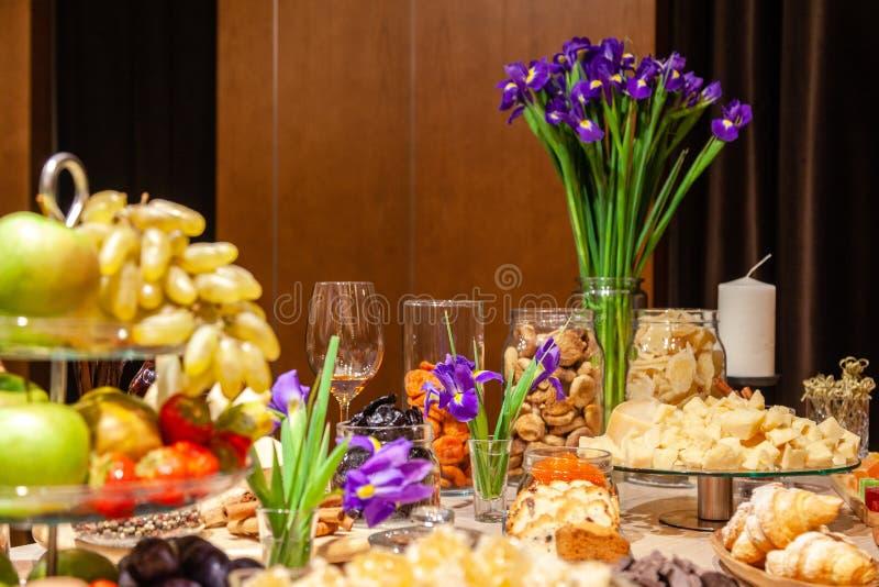Frutas de los bocados del primer, frescas y secado, pedazos queso parmesano, panales, chocolate oscuro, palillos de canela, nuece fotografía de archivo libre de regalías