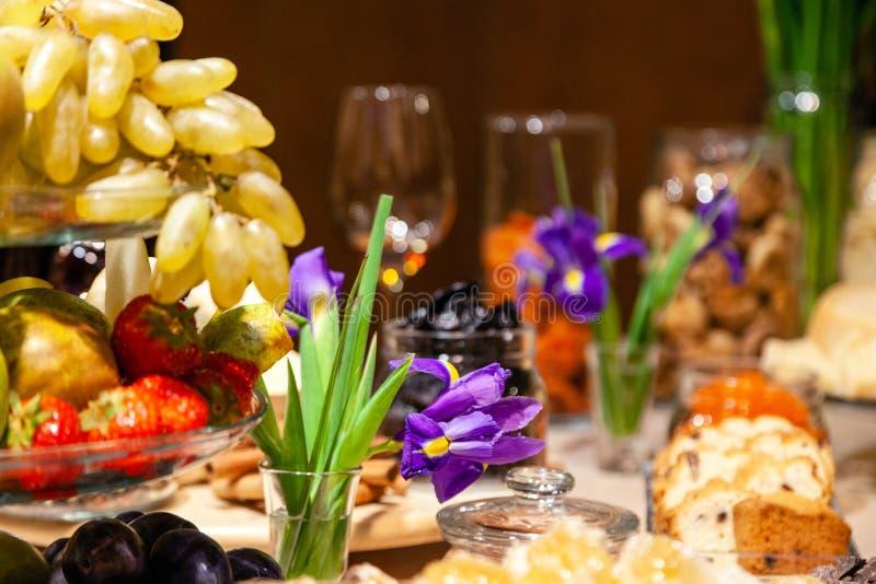 Frutas de los bocados del primer, frescas y secado, pedazos queso parmesano, panales, chocolate oscuro, palillos de canela, nuece imagen de archivo
