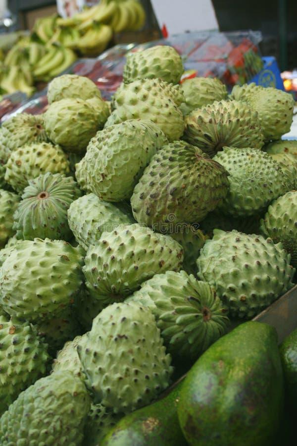 Frutas del Anona en el mercado fotos de archivo