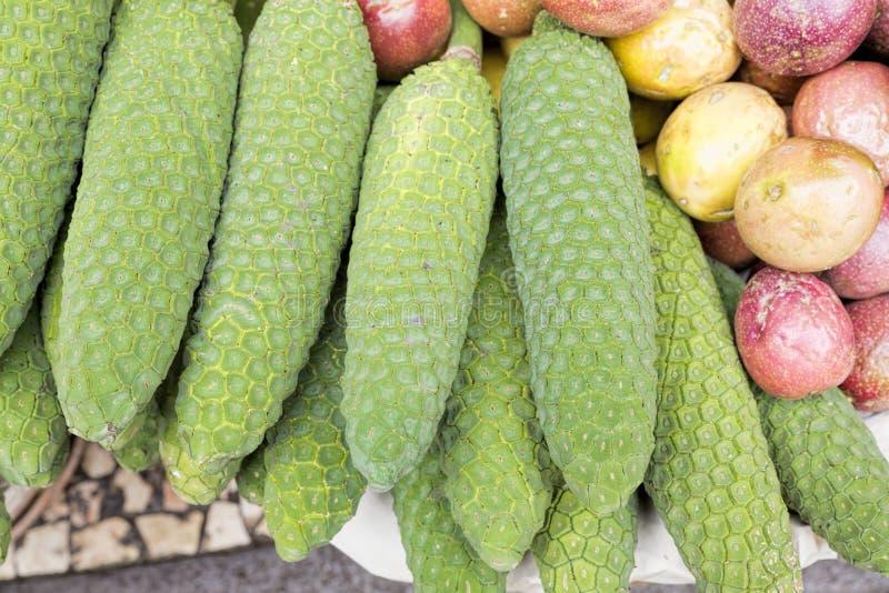 Frutas del Anona en la exhibición en un mercado fotografía de archivo