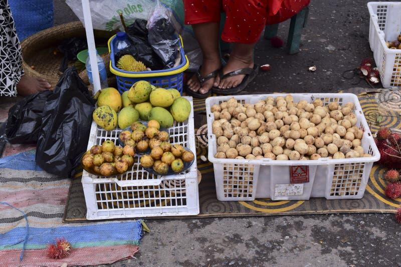 Frutas del domesticum de Lansium en el mercado del tradional fotografía de archivo