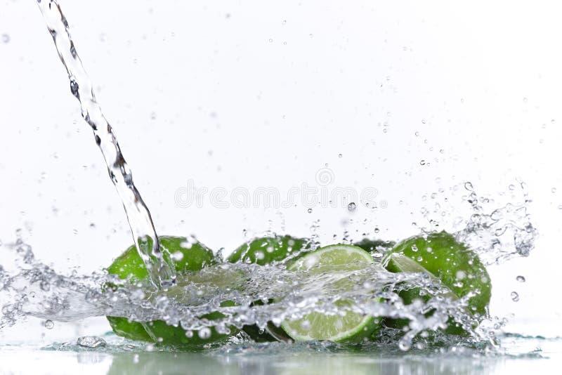 Frutas del limón y agua el salpicar foto de archivo