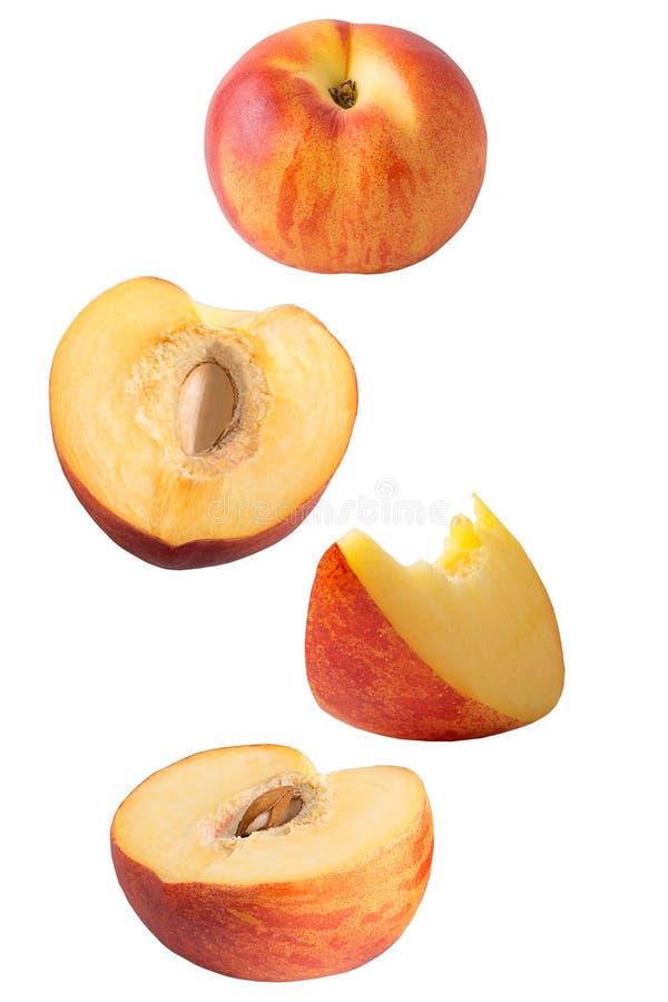 Frutas del melocotón que vuelan aisladas en el fondo blanco imágenes de archivo libres de regalías