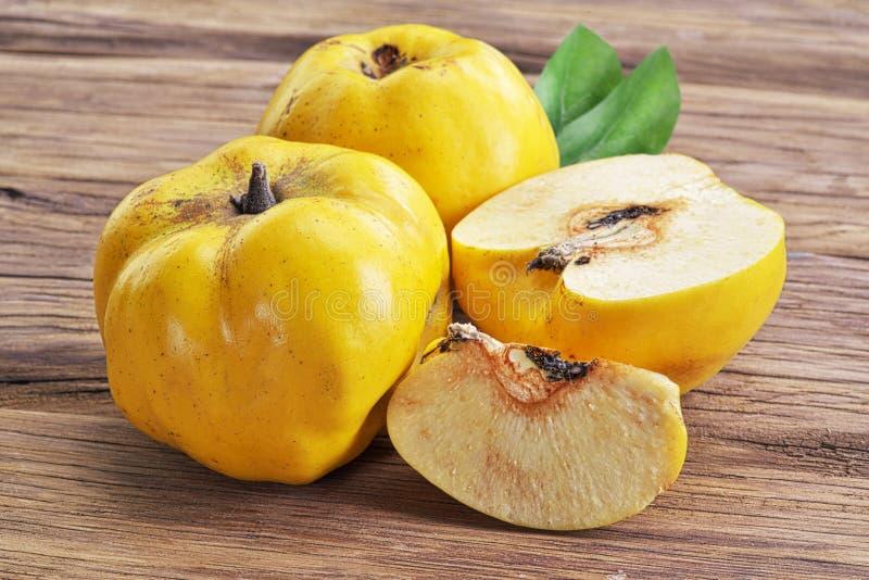 Frutas del membrillo en la tabla de madera imagen de archivo libre de regalías