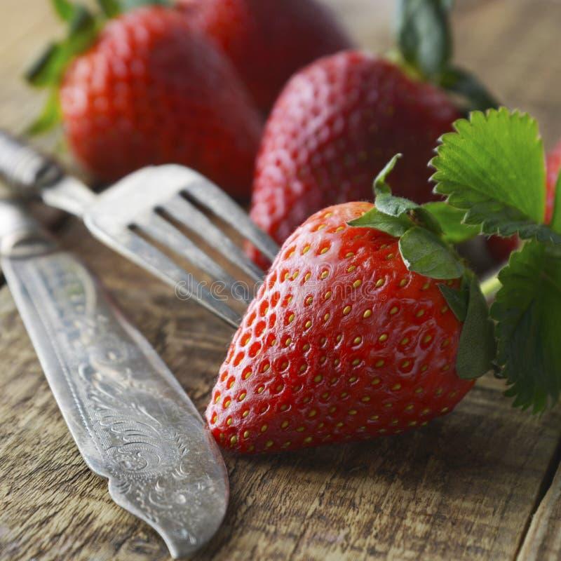 Frutas del verano, baya - fresa que come con una bifurcación y cuchillo Cuttlery diseñado del vintage Dieta sana, comida sana Ima fotografía de archivo