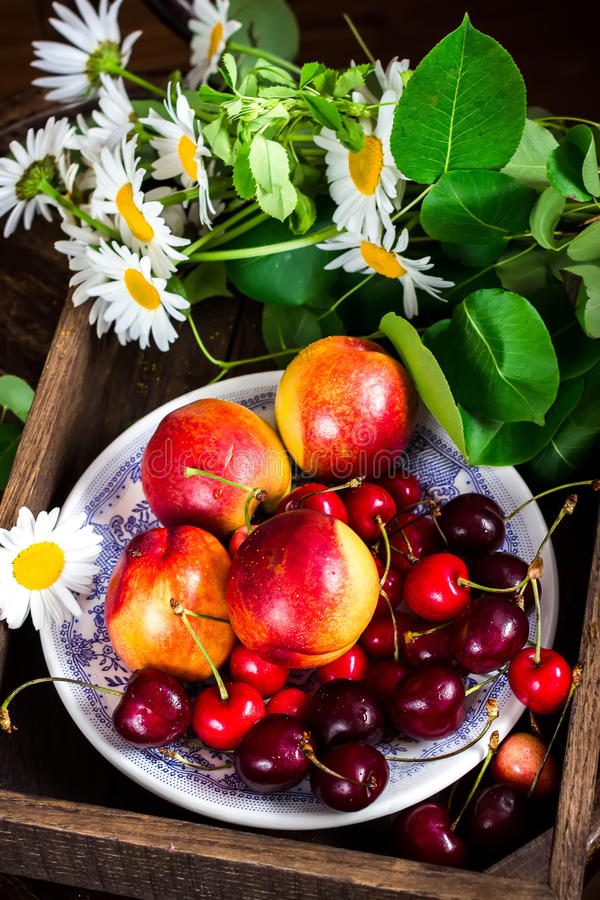 Frutas del verano, bayas en caja de madera fotografía de archivo