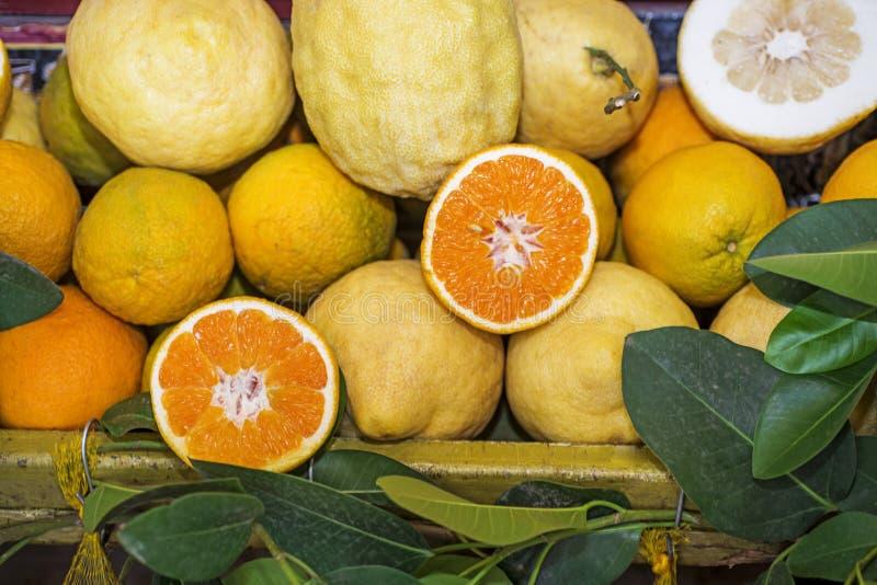 Frutas del verano en caja Día de verano asoleado imagen de archivo libre de regalías