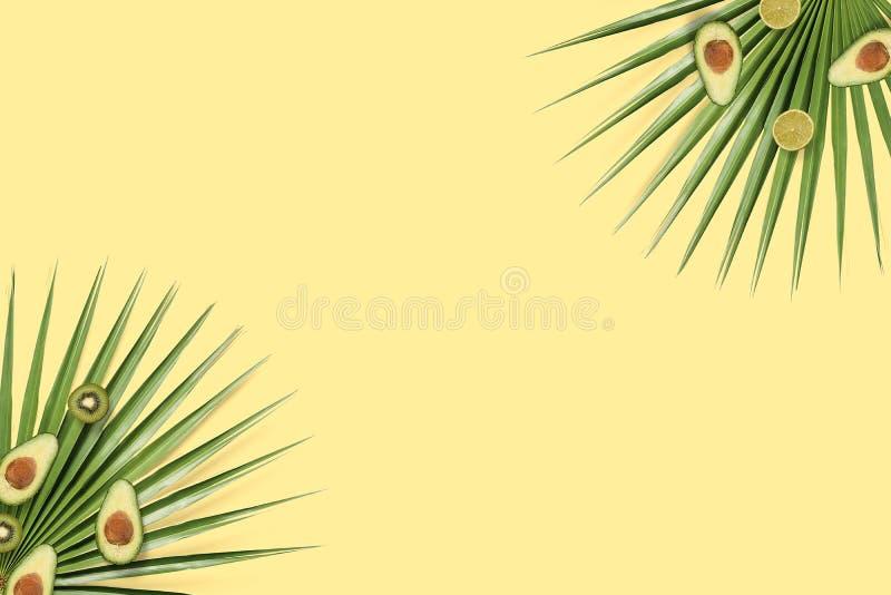 Frutas del verano flatlay con el copyspace Fondo amarillo con el aguacate imágenes de archivo libres de regalías