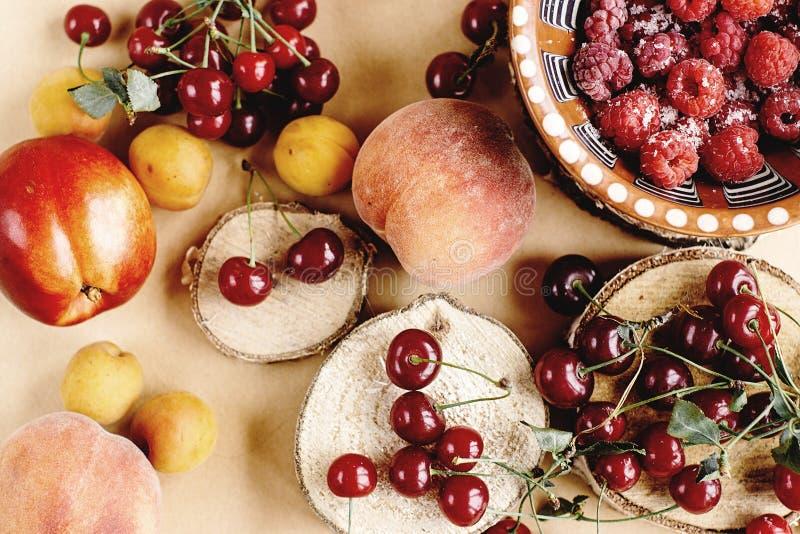 Frutas deliciosas en el fondo de madera, concepto rústico del verano, co imágenes de archivo libres de regalías