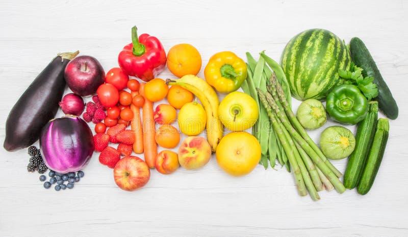 Frutas e legumes do arco-íris na madeira branca imagem de stock royalty free