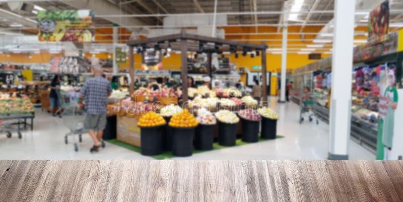 Frutas e legumes frescas borradas com placa de madeira do banco para a textura imagem de stock